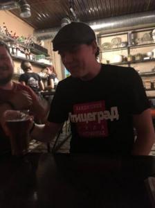 Максим в футболке с принтом района Птицеград Загорский Стиль Сергиев Посад