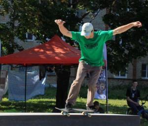 Скейтер в футболке с принтом 1337 Загорский Стиль Сергиев Посад